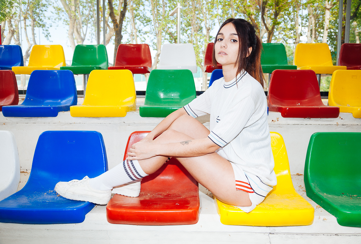 Chica frontón grada colores
