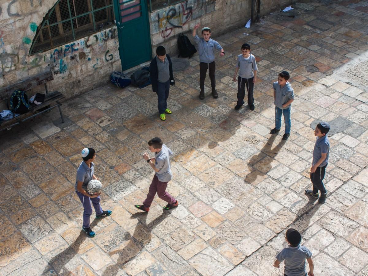 Niños jugando al fútbol en la calle (Iñigo Martínez / Hebrón / 2016).